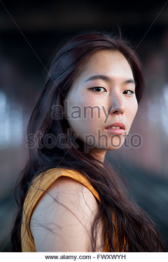 India, Uttar Pradesh, Varanasi, Portrait of young woman under bridge - Stock-Bilder
