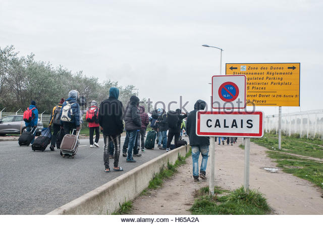 Calais, France. October 24th, 2016. FRANCE, Calais:Hundreds of migrants from the Jungle camp line up for bus as - Stock-Bilder
