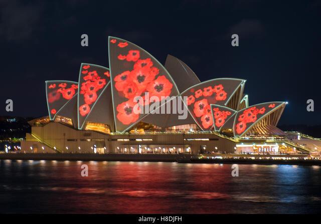 Sydney, Australia. 11th Nov, 2016. Sydney Opera House seen covered in light projected Poppies for Remembrance Day. - Stock-Bilder