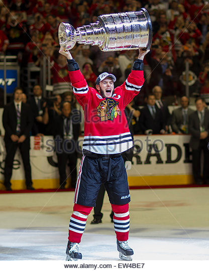 Chicago, IL, USA. 15th June, 2015. Chicago, Illinois, U.S. - Blackhawk #19 Jonathan Toews hoists the Stanley Cup - Stock Image