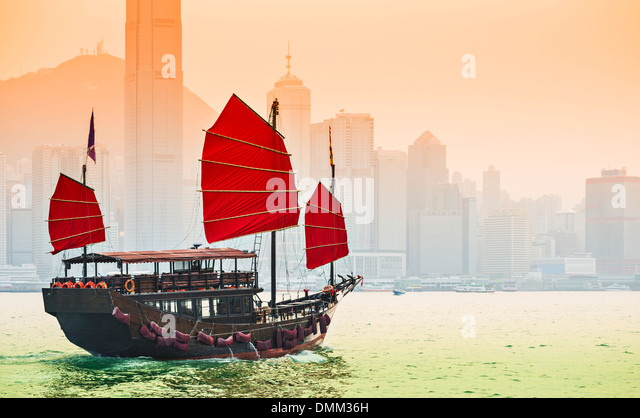 Junk Ship sails in Victoria Harbor in Hong Kong, China. - Stock-Bilder