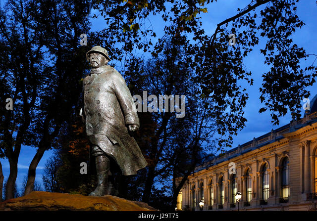 France, Paris, 8th district, Place Clemenceau and statue of Clemenceau. Le Petit Palais in the background. - Stock Image