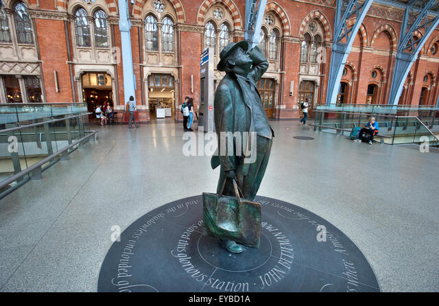 A statue of Poet Laureate John Betjeman on the concourse of the former Midland Railway at St Pancras International - Stock Image
