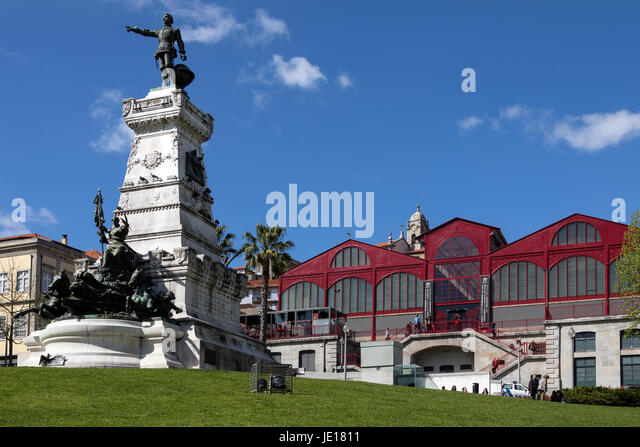 Statue of Henry the Navigator in front of the old city market buildings (now a theater, restaurants and a cinima) - Stock Image