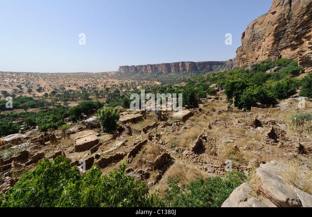 Nombori village, Gondo Plain and Bandigara Escarpment . Pay Dogon, Mali - Stock Image