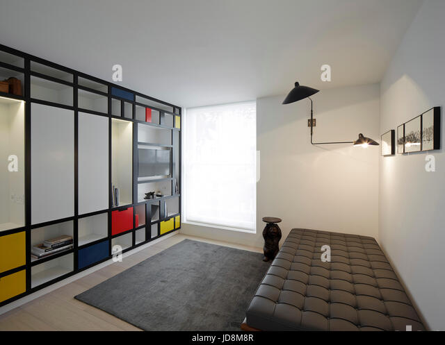 Spare room on 1st floor with Mondrian inspired bookcase and Corbusier Leather Day Bed. Notting Hill House, London, - Stock-Bilder
