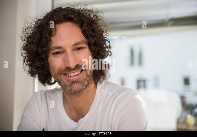 Close-up of a mid adult man smiling, Munich, Bavaria, Germany - Stock-Bilder
