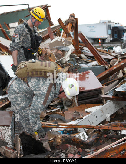 Soldiers with the Oklahoma National Guard conducts search and rescue operations in the aftermath of an EF-5 tornado - Stock Image