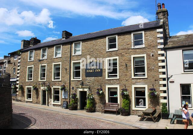Hanging Baskets Outside Pub Stock Photos & Hanging Baskets Outside Pub Stock Images - Alamy