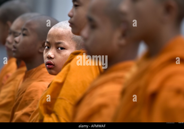 Young Buddhist monks in buddhist temple Mahabodhi Society Temple of Buddha Sarnath India - Stock-Bilder