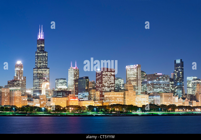 Dusk view of the Chicago skyline. The tall building is the 110-storey Willis Tower, formerly known as the Sears - Stock Image