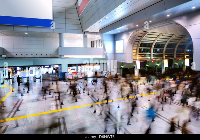 Crowds pass through a busy train station in Shinagawa, Tokyo, Japan - Stock Image