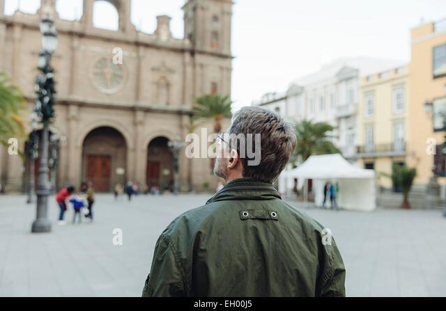 Spain, Canary Islands, Gran Canaria, Las Palmas, man looking at Catedral de Santa Ana - Stock-Bilder