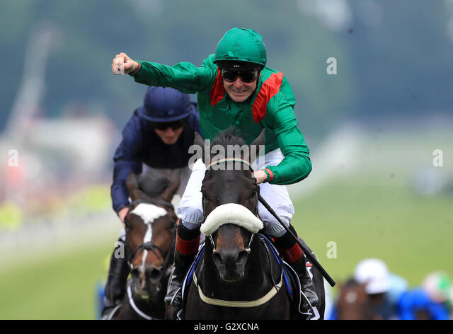 Harzand ridden by jockey Pat Smullen wins the Investec Derby (Group 1) during Derby Day of the 2016 Investec Epsom - Stock-Bilder
