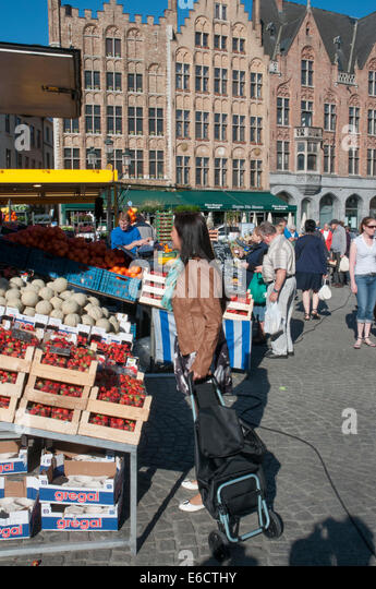a weekly market scene Below is a free excerpt of descriptive essay on 'a market place my gaze was interrupted by a dangerous looking fugitive fleeing the scene of eng 121 week 4.