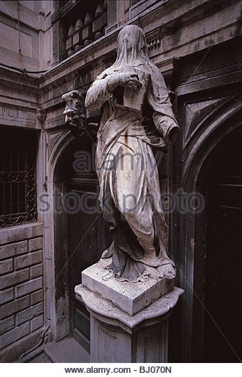 Statue of a veiled woman in the courtyard of Palazzo Pisani, the Benedetto Marcello Music Conservatory, Venice, - Stock-Bilder