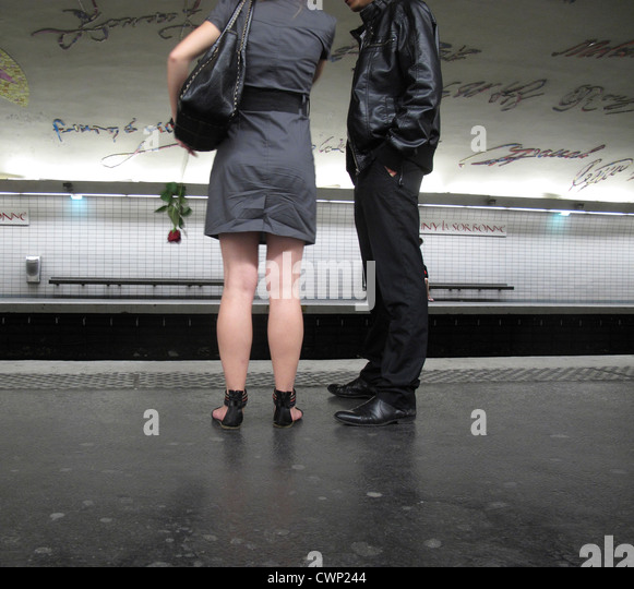 Couple waiting on subway platform - Stock Image