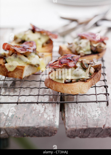 Toast with bacon and eggs on rack - Stock Image
