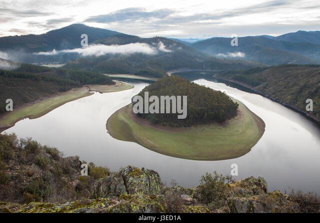 Morning mist at Alagon River Meander called The Melero, at Riomalo de Abajo, Hurdes, Spain - Stock Image