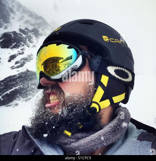 Bearded snowboarder in extreme weather - Stock-Bilder