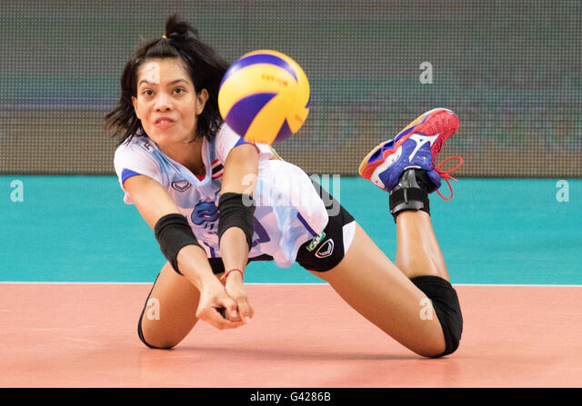 Bari, Italy. 17th June, 2016. Ajcharaporn Kongyot from Thailand receives the ball during the FIVB World Grand Prix - Stock-Bilder