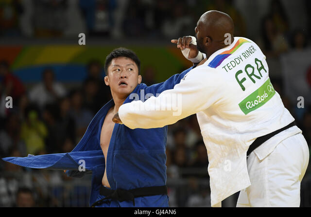 Rio De Janeiro, Brazil. 12th Aug, 2016. Teddy Riner of France (R) competes with Harasawa Hisayoshi of Japan during - Stock-Bilder