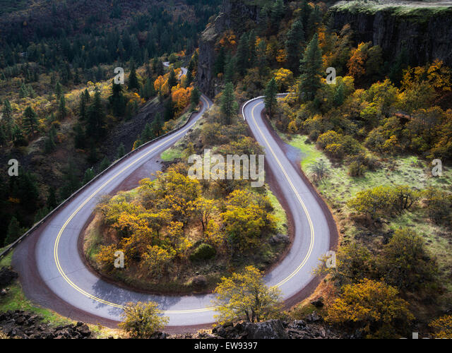 Curving road (Columbia River Gorge historic road) with fall colors. Columbia River Gorge National Scenic Area, Oregon - Stock-Bilder