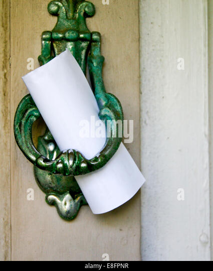 Note left on door knocker - Stock Image