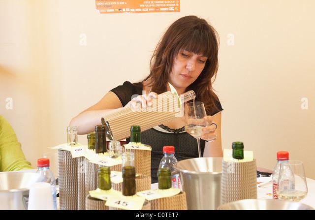 woman tasting wine coup de coeur femmes journalistes cellier des chartreux rhone france - Stock Image