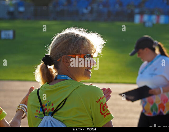 Sheffield, UK. 10th August, 2017. A volunteer and an official enjoy the sunshine at the Special Olympics National - Stock Image