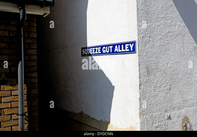 Whitstable, Kent, England, UK. Squeeze Gut Alley - very narrow alleyway between two houses - Stock Image