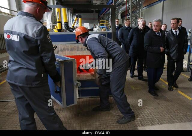 Perm, Russia. 30th Mar, 2016. Russia's prime minister Dmitry Medvedev (R front), and Motovilikhinskie Zavody - Stock-Bilder
