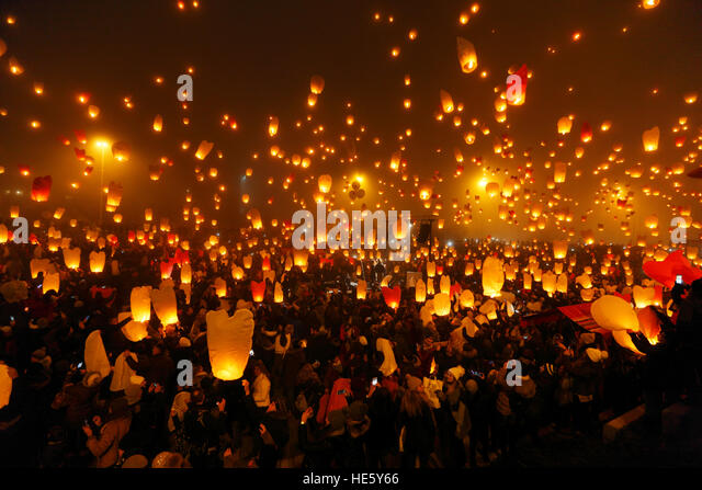 Zagreb, Croatia. 17th Dec, 2016. Humanitarian aid 'Christmas lights of wishes', releasing 5000 Christmas - Stock Image