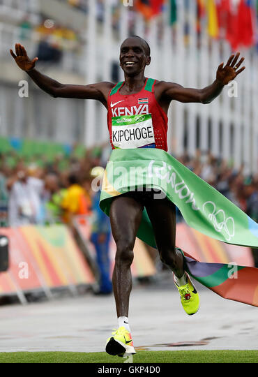 Rio De Janeiro, Brazil. 21st Aug, 2016. Kenya's Eliud Kipchoge crosses the finish ling during the men's - Stock-Bilder