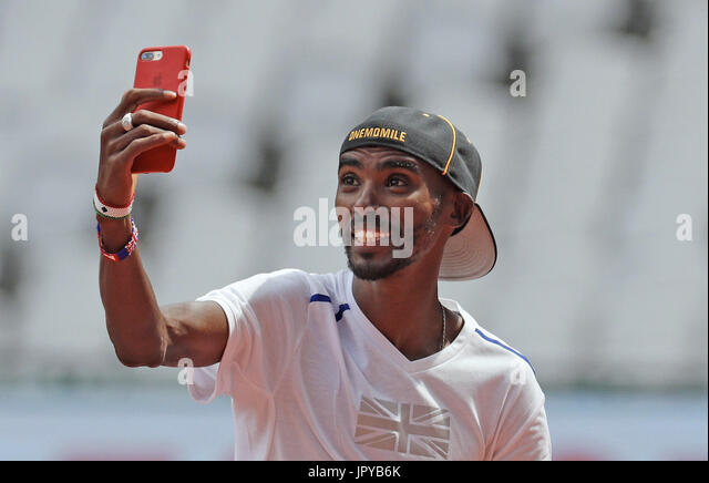 London, UK. 3rd Aug, 2017. Somalia-born British athlete Mo Farah poses for a selfie after a training session at - Stock Image