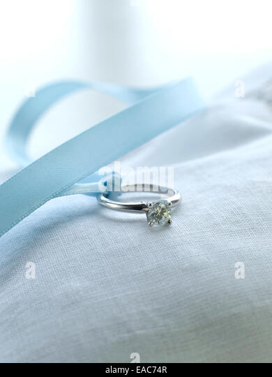 diamond wedding ring with silk ribbon on pillow marriage vows gold silver - Stock-Bilder