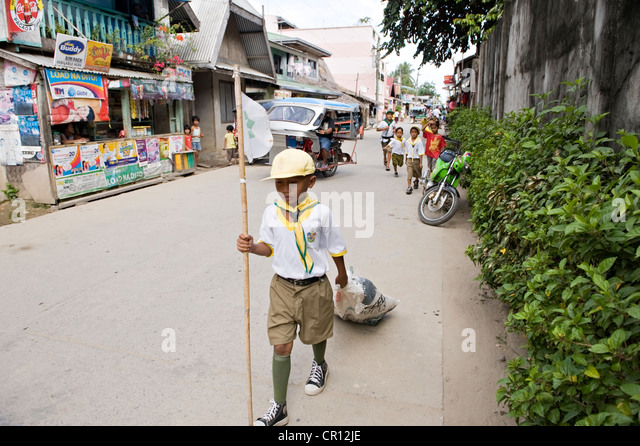 Philippines, Palawan Island, El Nido, schoolboy cleaning the city - Stock Image