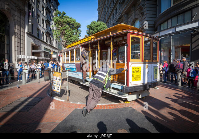 Powell-Hyde Cable Car being turned by brakemen, San Francisco, California, USA, North America - Stock-Bilder