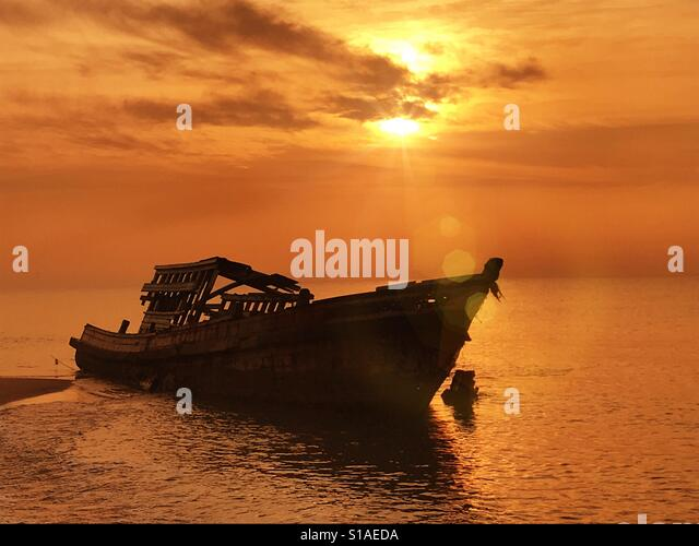 Silhouette boat on the beach - Stock-Bilder