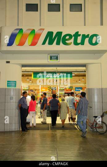 Lima Peru Barranco Avenida Bolognesi Metro Ovalo Balta business shopping grocery store supermarket hypermarket chain - Stock Image