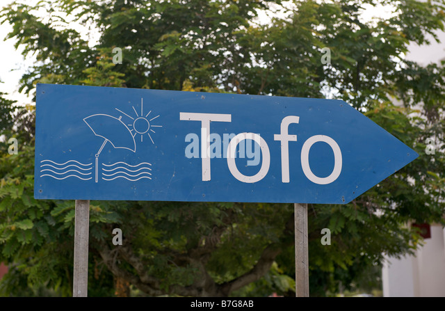 Sign for the coastal resort of Tofo in the Mozambican town of Inhambane. - Stock-Bilder