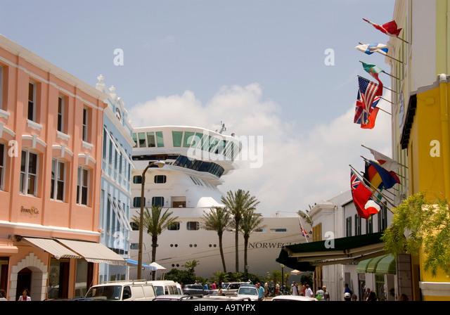 Bermuda Hamilton Front Street shops cruise ship - Stock Image