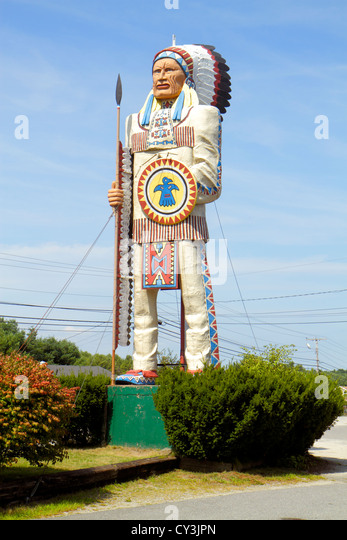 Maine Freeport US 1 Big Indian roadside attraction Americana giant Native American chief attracting getting attention - Stock Image