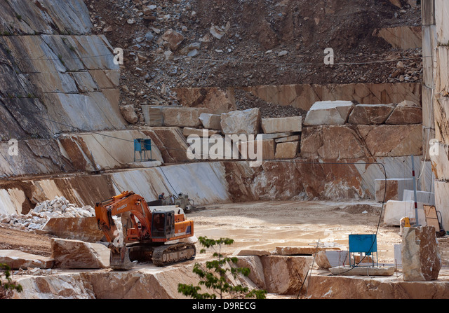 Exploitation in a marble quarry near Carrara - Stock-Bilder