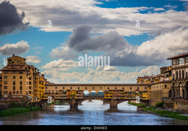 The river Arno and Ponte Vecchio bridge in Firenze (Florence), Italy. - Stock Image