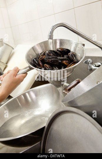 how to clean mussels with flour