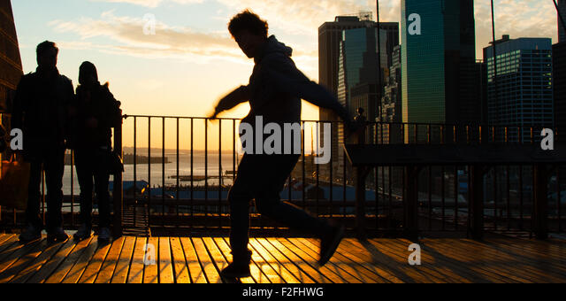 Man dancing on terrace at sunset, Midtown, Manhattan, New York City, New York State, USA - Stock-Bilder