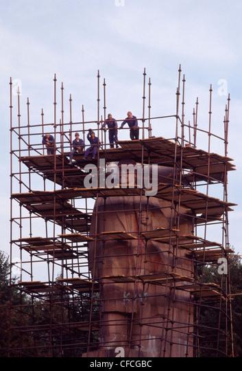 Workmen preparing a statue of V.I. Lenin in central Kiev for demolition after Ukrainian independence from the Soviet - Stock Image