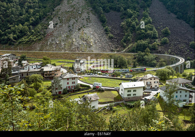 Bernina Express train at Brusio spiral viaduct, Valposchiavo, Switzerland | Brusio Kreisviadukt, Valposchiavo, Schweiz - Stock-Bilder