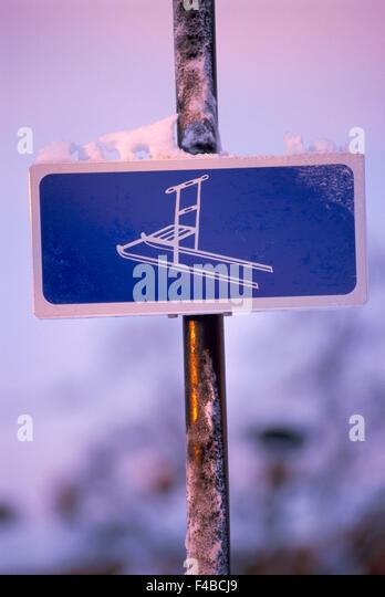 close-up color image conceptual detail kicksled pole signboard symbolic traffic transport vertical winter - Stock-Bilder